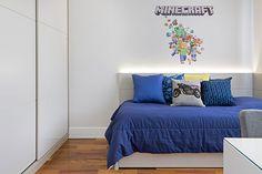 Decoração de apartamento colorido, no quarto azul e branco infantil, quarto de menino.