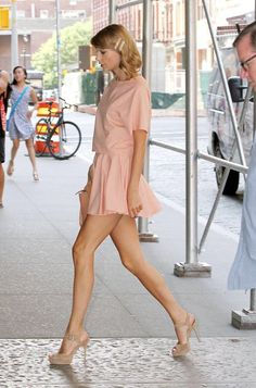 Taylor Swift showed off her sexiest legs by wearing her pink dress. Taylor Swift Legs, Estilo Taylor Swift, All About Taylor Swift, Taylor Swift Outfits, Taylor Swift Style, Taylor Swift Pictures, Taylor Alison Swift, Look Oxford, Street Style