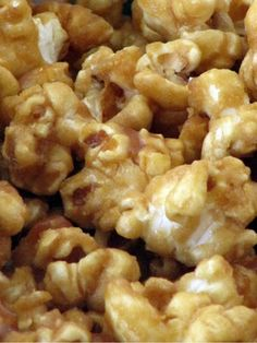 Amish Carmel Corn: As I said yesterday I am baking up a storm, in addition to that I am making candies and chocolates; caramel corn sort of falls in the m. Caramel Corn Recipes, Popcorn Recipes, Candy Recipes, Snack Recipes, Dessert Recipes, Cooking Recipes, Homemade Carmel Corn, Popcorn Snacks, Gourmet Popcorn