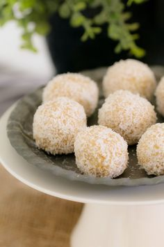 These healthy LEMON & COCONUT BLISS BALLS take just 10 minutes to prepare use only 4 ingredients are freezer-friendly and taste AMAZING! It doesnt get any better than that! New Zealand Food And Drink, Delicious Desserts, Yummy Food, Coconut Balls, Coconut Protein, Australian Food, Lemon Coconut, Bliss Balls, Lunch Box Recipes
