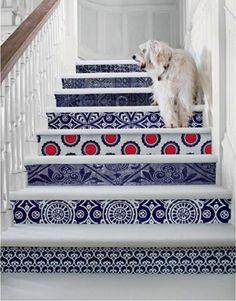 11 способов оригинально украсить подступени лестницы в доме