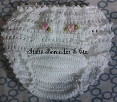 Ateliê Bordados E Cia Calcinha de crochê Crochet Shoes Pattern, Crochet Fabric, Crochet Gifts, Crochet Patterns, Baby Girl Crochet, Crochet Baby Clothes, Crochet For Kids, Crochet Flower Tutorial, Crochet Flowers