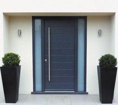 décoration d'extérieur avec porte d'entrée noire