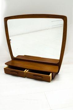 Zeer fraaie Scandinavische spiegel met teak frame en tweehandige laadjes.  In een goede vintage staat.