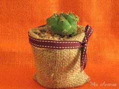 Souvenirs para casamientos. Mini suculenta en maceta de arpillera, 100% biodegradable