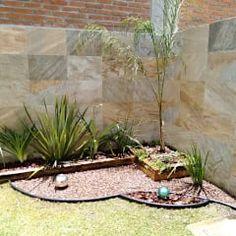 Piedras y plantas de sombra buena idea para decorar un - Jardines minimalistas pequenos ...