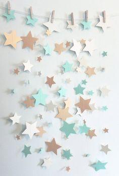 Esta guirnalda sassy es construida de 3 tamaños diferentes de verde menta troquelada, marfil y oro brillo estrellas de cartulina pesada cosida con hilo. Estrellas de medir 1, 2 y 3 pulgadas de ancho. Perfecto para colgar desde el techo, mesas de buffet, puertas o zonas verdes. También puede cortar la guirnalda de diferentes longitudes y cuelgan en racimos del techo. Las estrellas de oro son un reflejo metálico en ambos lados y se hacen de pesado coverstock. La menta y las estrellas marfil…