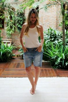 46 Lovely Bermuda Shorts Ideas To Rock This Season – Decor Style 2019 Bermuda Shorts Outfit, Summer Shorts Outfits, Short Outfits, Modest Shorts, Women's Shorts, Outfit Summer, Blue And White Jeans, Fashion Pants, Fashion Outfits