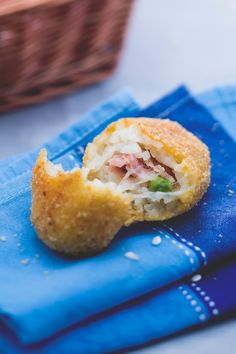 Crocchette di riso al forno: gustose, filanti e non fritte!                   [Rice balls/ croquetas stuffed with cheese, ham and peas]