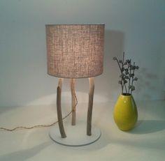 Zeitlose Eleganz und Einzigartigkeit prägen diese wunderschönen Lampe. Der klassisch geformte Schirm aus Strukturleinen sorgt für ein angenehmes Licht. Das Lampengestell ist aus Treibholz und Alu...