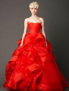 真っ白なドレスから劇的にイメージが変わる赤いドレスは、お色直しでも大人気! 注目のドレスショップがレコメンドする、スタイリッシュなレッドドレスを厳選しました。