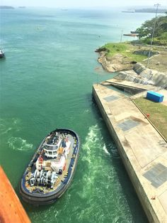 The Panama Canal is a great cruise to go on, but with now two canals to choose from which is the best Panama Canal cruise to go on the old or the new? Cruise Packing Tips, Cruise Travel, Cruise Vacation, Travel Usa, Gatun Lake, Biggest Cruise Ship, Cruise Ship Reviews, West Coast Trail, Utah Hikes