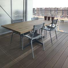 Een stabiele kruisvoet werkt ruimtebesparend. Ideaal op het balkon of terras. De losse planken zorgen voor een goede afwatering en verminderen spanning in het tafelblad. www.houtmerk.nl