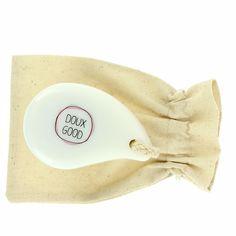 Brosse nettoyante visage Doux Good pour un nettoyage parfait du visage et un démaquillage. La brosse visage manuelle est idéale pour sa douceur et sa prise en mains. La brosse visage Doux Good est livrée avec une pochette en coton pour la ranger proprement