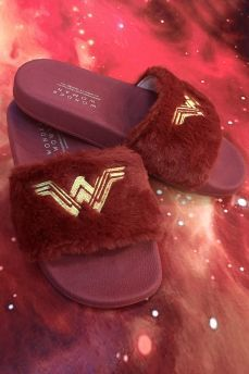 Chinelo Slide Wonder Woman Movie for Tania Sport Sandals, Women's Shoes Sandals, Wedge Shoes, Shoe Boots, Shoes Sneakers, Women Sandals, Sneakers Fashion, Fashion Shoes, Cute Slides