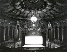 photography - Hiroshi Sugimoto - theatre à Detroit Hiroshi Sugimoto, Tokyo, Inner World, Social Art, Expositions, Dark Matter, Monochrome, Art Photography, Contemporary Photography
