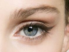 Große Augen schminken: 3 einfache Tricks  Hier findet ihr ALLES rund um das Thema Beauty und Wellness. Wir suchen für euch die neusten Trends und Techniken heraus . https://e1j.de/BuAj
