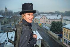 Die Dächer von Königs Wusterhausen (Dahme-Spreewald) sind der Arbeitsplatz der  35-jährigen Schornsteinfegermeisterin Stephanie Frenk