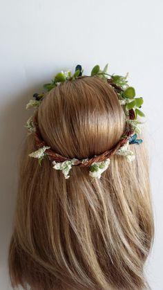 Craft: Make a Doll Sized Flower Tiara / Crown  - http://funwithagfan.blogspot.ca/2014/05/craft-make-doll-sized-flower-tiara-crown.html