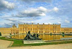 Ao redor de Paris: veja 10 passeios próximos da capital francesa    A poucos quilômetros de Paris é possível encontrar passeios bate e volta para todos os gosto, desde palácios históricos até parques de diversão