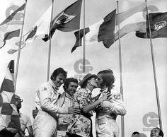 Os pilotos comemoram no pódio(da esquerda para a direita): Wilson Fittipaldi Júnior(terceiro colocado), da equipe Lola Chevrolet; o italiano Giampiero Moretti(segundo colocado), da equipe Ferrari; e Emerson Fittipaldi(campeão), da equipe Lola Ford recebe o beijo de sua esposa Maria Helena após a prova da 3ª Copa Brasil de Automobilismo Internacional de 1970, promovida pela Avallone Empreendimentos e Automóvel Clube Paulista Emerson Fittipaldi, Ferrari, Che Guevara, Ford, Racing, Brazil Cup, Auto Racing, Kiss, Club