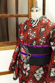 黒と赤でレースのようなダイヤモンドチェックが織り出された銘仙袷着物です。