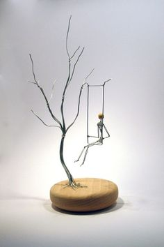 """Elegante sculpture en fil de fer """"Sous mon arbre""""  Poésie et lègereté pour cette sculpture ou la balancoire est mobile Base en hêtre tourné à la main, 15cm de diamètre et - 7766357"""
