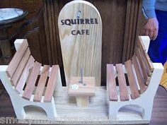 Squirrel feeder: 2 benches with table in between with nail for corn cob. Squirrel Feeder, Bird Feeders, Baby Flower Headbands, Garden Yard Ideas, Corn On Cob, Feather Headband, Scroll Saw Patterns, Birdhouses, Squirrels