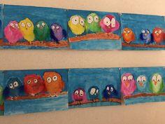 Vögel mit Federn gemalt mit Wasserfarben.