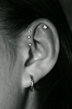 Trending Ear Piercing ideas for women. Ear Piercing Ideas and Piercing Unique Ear. Ear piercings can make you look totally different from the rest. Innenohr Piercing, Ear Piercings Tragus, Cute Ear Piercings, Triple Forward Helix Piercing, Forward Helix Earrings, Unique Body Piercings, Top Of Ear Piercing, Tongue Piercings, Female Piercings