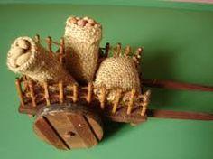Resultado de imagen para carretas para belenes Fairy Houses, Dollhouse Furniture, Basket, Letters, Dolls, Christmas Ornaments, Dollhouses, Holiday Decor, Portal
