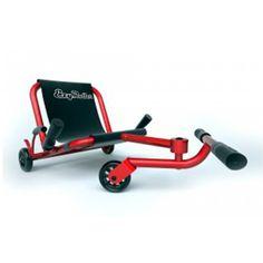 Ezyroller est un véhicule unique qui plaît à tous les âges. Ce n'est ni un vélo, ni un kart. Il n'a pas de chaines, ni de pédales. Son fonctionnement est différent et amusant. L'enfant s'assied sur le siège en toile, pose ses pieds sur la barre transversale et c'est parti. Ezyroller avance en ondulant légèrement grâce aux mouvements de jambes de l'enfant, de droite à gauche. Cela lui donne l'allure d'un serpent. C'est aussi en actionnant la barre avec les jambes que l'enfant se dirige. Il…