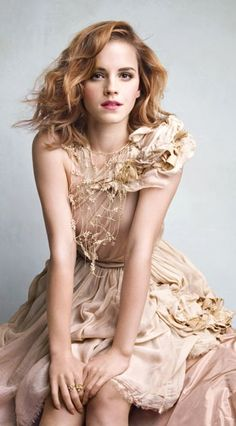 "Emma Watson ♥ April 15, 1990 in: Paris (France) Sun: 25°25' Aries AS: 27°00' Virgo Moon: 25°53' Sagittarius MC: 26°13' Gemini Dominants: Sagittarius, Capricorn, Virgo Mercury, Moon, Jupiter Houses 4, 8, 10 / Earth, Fire / Mutable Chinese Astrology: Metal Horse Numerology: Birthpath 11 Height: Emma Watson is 5' 5"" (1m65) tall"
