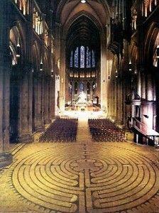 Cathédrale de Chartres - Le plus énigmatique est certainement le labyrinthe. C'est un dessin en incrustation dans le sol de la nef, qui forme un parcours de plus de 260 m. Il est constitué de onze anneaux de dalles noires, que les pèlerins, au Moyen Age, parcouraient en priant, comme un chemin de pèlerinage, un pèlerinage symbolique vers Jérusalem. - Retrouvez toutes les offres de location vacances Dreamarent de la région sur http://www.dreamarent.com/location-vacances/centre/7
