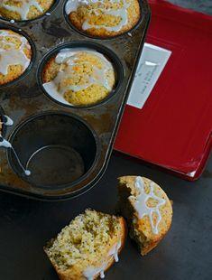 Muffin med citron og birkes er en saftig amerikansk kageklassiker. Det er den perfekte treat til en kop lun eftermiddagste.