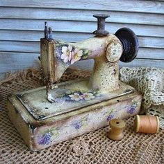 Momentary and Shabby Modern Hair Varieties Decoupage Furniture, Painted Furniture, Shabby Vintage, Decoupage Vintage, Antique Sewing Machines, Sewing Rooms, Tole Painting, Sewing Notions, Shabby Chic Decor
