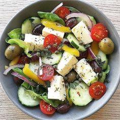 """1,750 Me gusta, 25 comentarios - 📍Recetas Saludables💪 (@_recetas_saludables_) en Instagram: """"Ensalada perfecta para el almuerzo, tiene pepino, tomates cherry, aceitunas, cebolla, lechuga y…"""" Fruit Parfait, New Recipes, Salad Recipes, Healthy Recipes, Tofu, Guacamole, Apple And Peanut Butter, Valeur Nutritive, Dieta Fitness"""