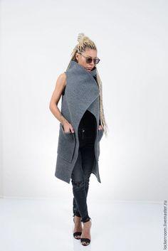 Женская длинная жилетка с карманами. Длинный жилет из шерсти серого цвета .