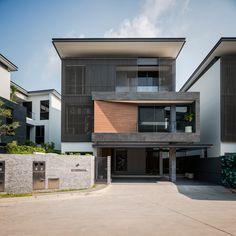 Construido en 2016 en Bangkok, Tailandia. Imagenes por beersingnoi. Descripción de los arquitectos. Laresidencia se compone de 12 villas situadas cerca de laautopistaRam Inthra-At Narong, que conecta directamente...