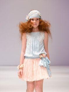 Una propuesta fresca y cómoda: para ellas faldas con movimiento muy fluido y distintos largos con asimetría, tejidos naturales, ligeros y vaporosos. Para ellos: chaqueta uy pantalón con aire muy...
