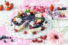 Kesäpäivän unelma. Tämä helppotekoinen kakku on raikkaan makuinen ja voit koristella sen oman makusi mukaan tuoreilla marjoilla tai hedelmillä. Mikäli haluat kakusta vegaanisen, vaihda kerma ja tuorejuusto maidottomiin vastaaviin tuotteisiin ja valmista pohja vegaanisista kekseistä ja kasviöljystä.