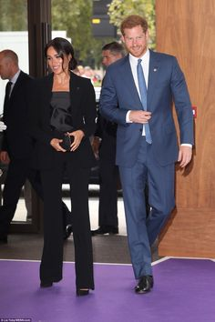 Duchess Meghan Markle Looks So Chic in Black Pantsuit at WellChild Awards with Prince Harry! Prince Harry Et Meghan, Meghan Markle Prince Harry, Princess Meghan, Harry And Meghan, Prince Henry, Prinz Harry Meghan Markle, Meghan Markle Style, Isabel Ii, Royal Fashion
