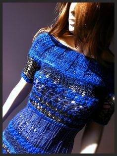Ażurowa sukienka z krótkim rękawem błękitu w kolorach kobaltu, szafiru i wieczornego nieba. Wydziergana ręcznie na drutach. Projekt i wykonanie: Pracownia High Wooltage.