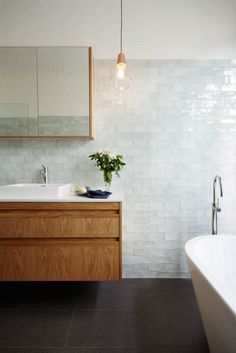 Metro Fliesen im Bad - eine trendige und doch zeitlose Entscheidung fürs Badezimmer! You are in the right place about floor tile diy Here we offer you the most beautiful pictures about the floor tile Metro Tiles Bathroom, Glass Tile Bathroom, Modern Bathroom Tile, Bathroom Tile Designs, Bathroom Floor Tiles, Minimalist Bathroom, Bathroom Interior Design, Small Bathroom, Bathroom Ideas
