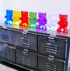 Oh boy my kids could eat this !!!.....Les lampes Gummilight sont l'oeuvre du designer Kevin Champeny. L' inspiration il la trouvé dans les oursons Haribo.