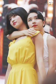 If i am given a chance i will surely backhug her too~ members loves to backhug the baby~ the safest place on earth~ #momo #twice #Mochaeng #Samo #Jeongmo #namopic.twitter.com/C6ks483Oes