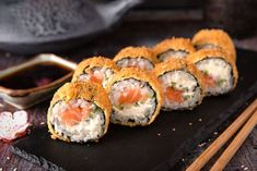 Hot fried Sushi Roll with salmon by Ekaterina on Sushi Recipes, Chef Recipes, Asian Recipes, Sushi Frito, Menu Sushi, Japonesas Hot, Fried Sushi, Healthy Summer Dinner Recipes, Japanese Food Sushi