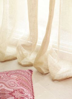 Detail curtains with a lot of fall. A beautiful fall! - 25 Fabulous Tips To Get The Curtains Right - Small Curtains, Thick Curtains, Double Curtains, Lined Curtains, Window Drapes, Hanging Curtains, Curtain Fabric, Serene Bedroom, Ballet Shoes