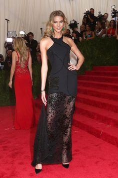 Karlie Kloss en robe Atelier Versace