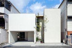shogo aratani architects는 일본의 조밀하게 포장 된 주거 지역인 오사카에 정원이 가득한 'matsuyacho의 집'을 완성했다. 이 디자인은 거주자를 위한 사려 깊은 주택을 만들기 위해 노력한 결과이다. 이웃 주택에 둘러싸여있는 고객의 기존 주택은 선재 구조에서 자연 채광 부족과 습기로 여러가지 어려움을 겪었다. 건축가들은 산들 바람과 자연 채광이 실내로 들어올 수 있도록 새 집을위한 '조각된' 정원 개념을 개발하기..